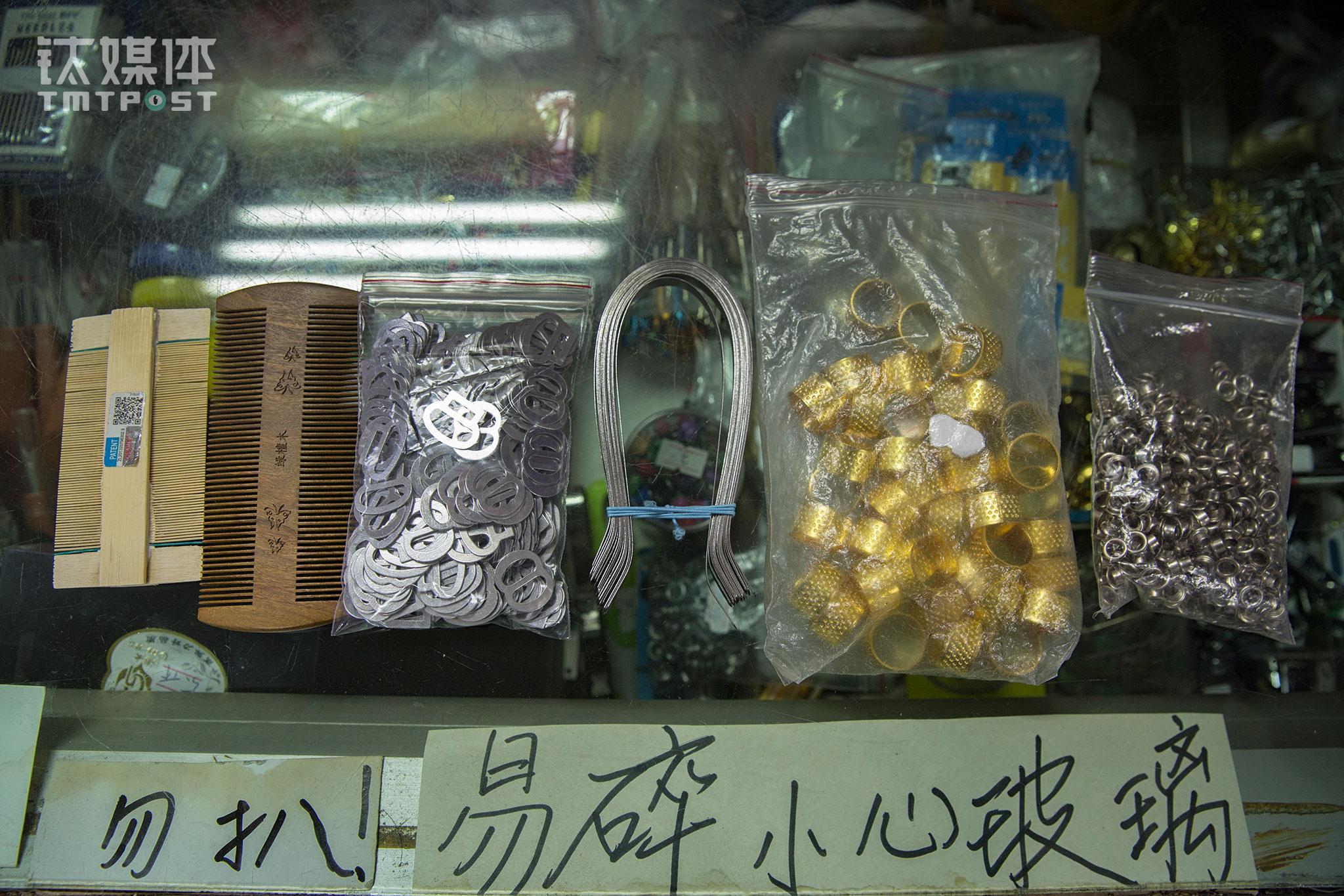 夏婧向钛媒体《在线》展示了小百货组极具代表性的小商品:篦子、鞋派、舌刮、顶针儿、气眼儿。这些现在看起来很陌生的小物件,曾经是老北京生活中不可少的东西。