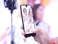 """带着全球第一款""""异形全面屏""""手机,夏普吹响了回归中国的号角"""