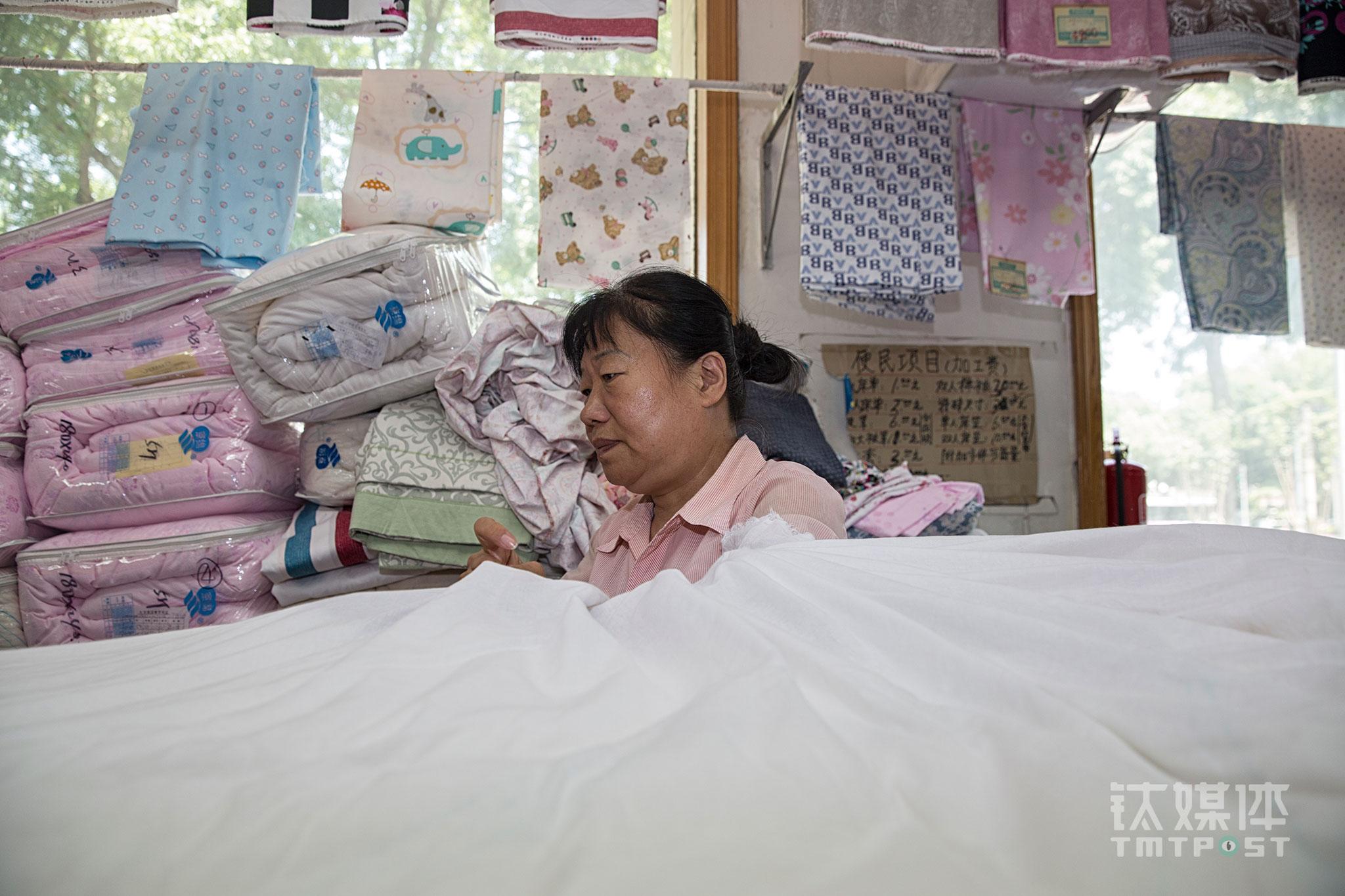 """刘惠荣是77届的知青,曾插队两年,她在大方工作超过30年了。去参加老同学聚会,当年的知青们,现在有的身居高位,有的生意有成,曾经的班长刘惠荣则在一个普通的位置上一做做了30多年。""""老班长,您还干着当年的活呢?""""每当老同学问起她,她会觉得很满足,""""心里踏实,没什么心理压力,很平静""""。刘惠荣今年60岁,对于大方的未来,她说自己没有特别去想过,只能顺其自然。不上班的时候,他喜欢和家人出去游玩,去跳舞,""""主要是别给孩子增加负担,把身体练好一点""""。"""