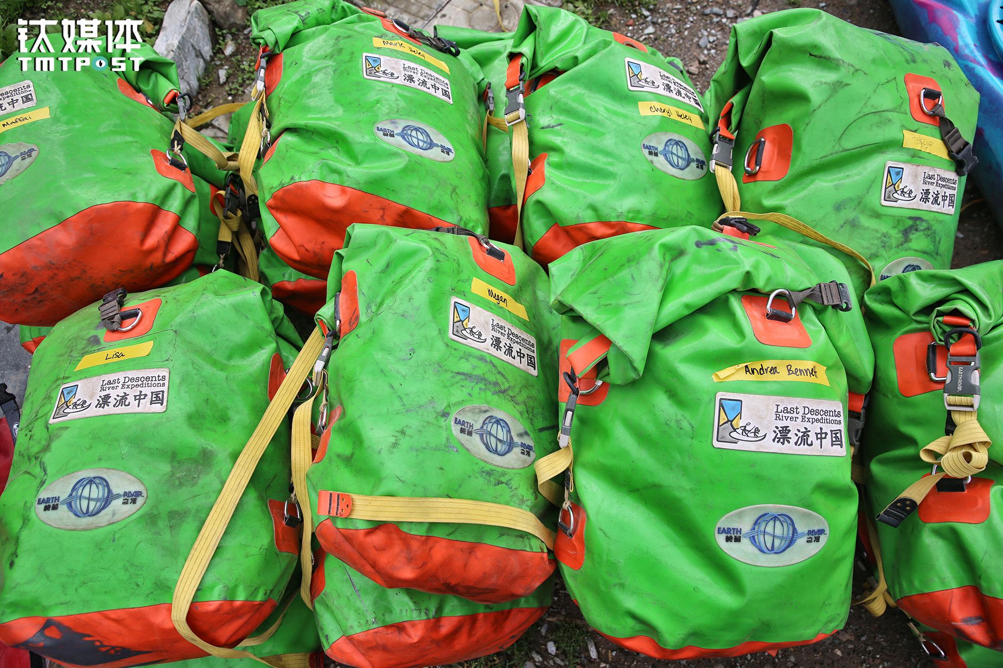 """准备就绪的防水袋,装着睡袋和客人携带的其他物品。2006年美国人文大川(Travis Winn)发起成立了""""Last Descents•漂流中国"""",Last Descents意为""""最后的漂流"""":因为一些地方水电站无序建设,不少江河流域的首漂也成为最后一漂。"""