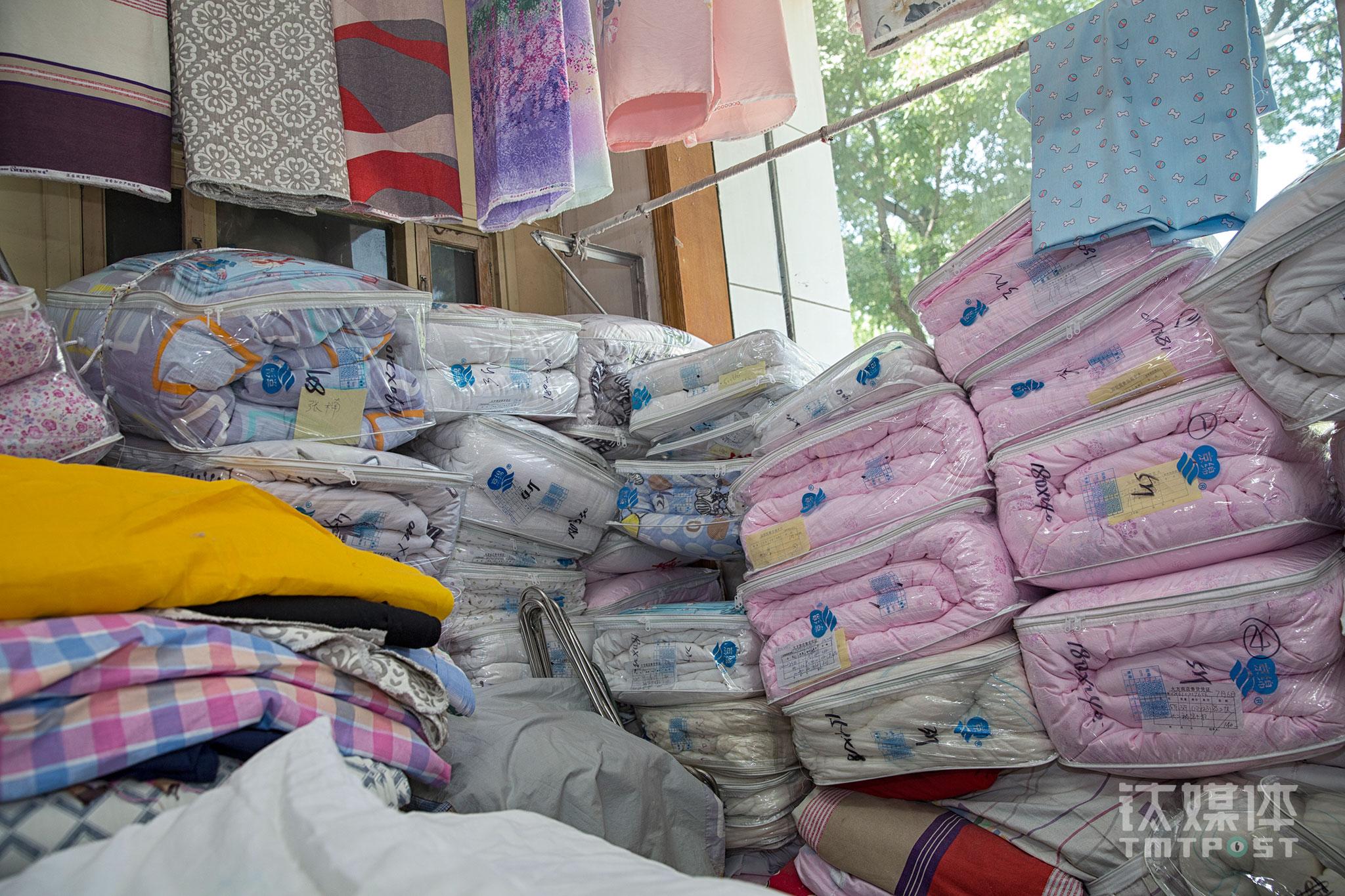 做手工被子是刘惠荣最主要的工作,这个活她干了20年了,由于工序需求,做一套大约需要2个月时间。手工被很受欢迎,柜台的订单都排到2个月以后。