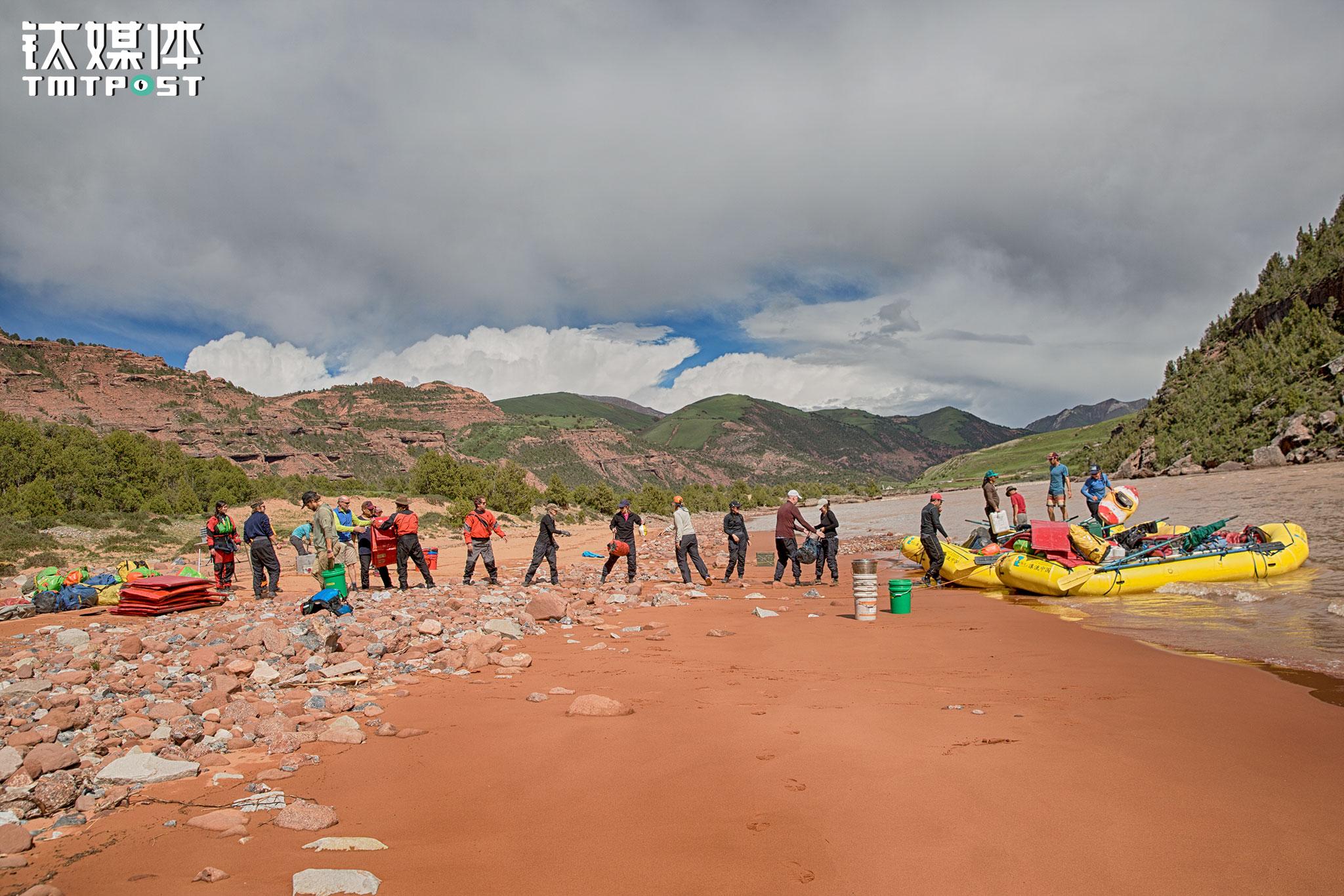 物资和装备的装卸,需要每个人都出力。到达营地或者拔营下水,所有人会排成一排搬运装备物资,之后才各自扎营或寻找乘坐船只的位置。