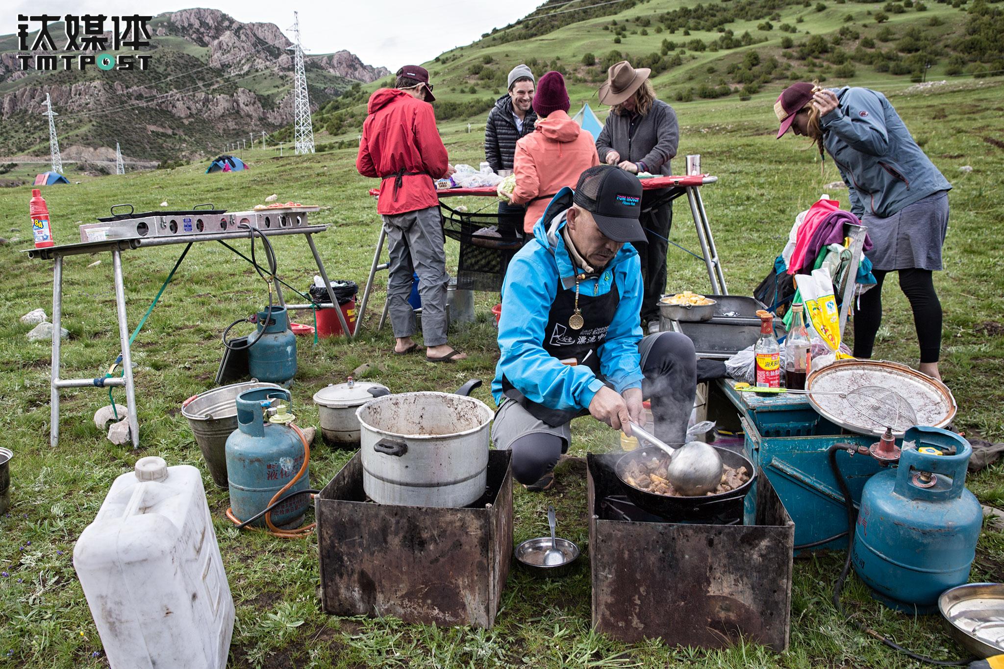 """在客人各自扎营、整理私人物品时,船长们已经开始准备晚餐。晚餐是中餐,由老汤掌勺,每顿的菜品都不一样。老汤非常喜欢研究厨艺,他曾经开过饭店,""""作为一个厨子,看到大家把我做的菜吃得干干净净,那是一种享受""""。"""
