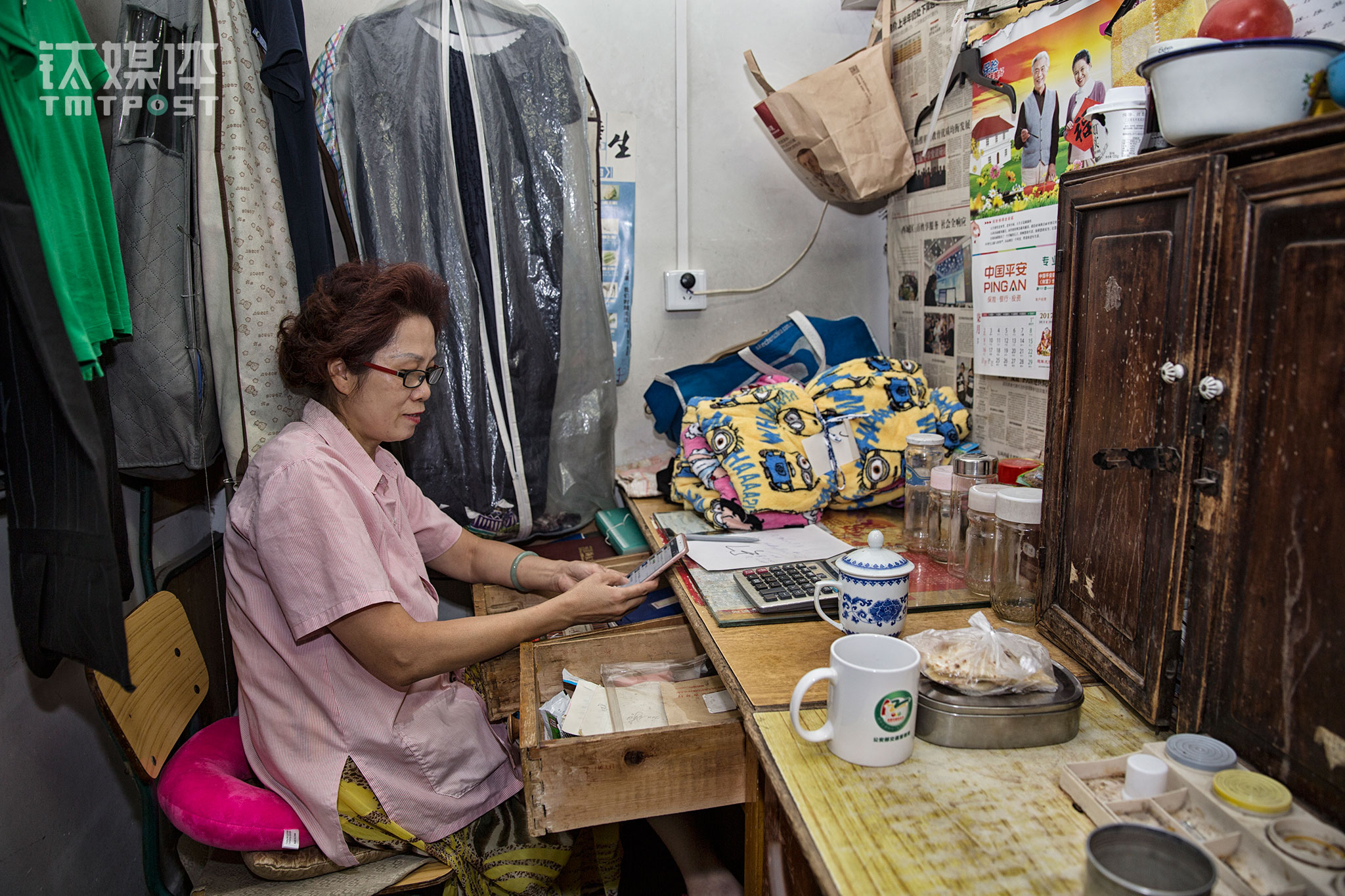 "On August 23rd, 2017, Dafang's office. The knit product section's group leader Li Hong was contacting clothes suppliers through WeChat. For Li Hong, customers' trust is what is keeping Li Hong at Dafang.  Seeing customers who came all the way from Tongzhou to shop at Dafang gives Li Hong a sense of achievement. ""Our long time customers want us to last. There aren't many stores like ours around nowadays and it's not convenient for them,"" she said."