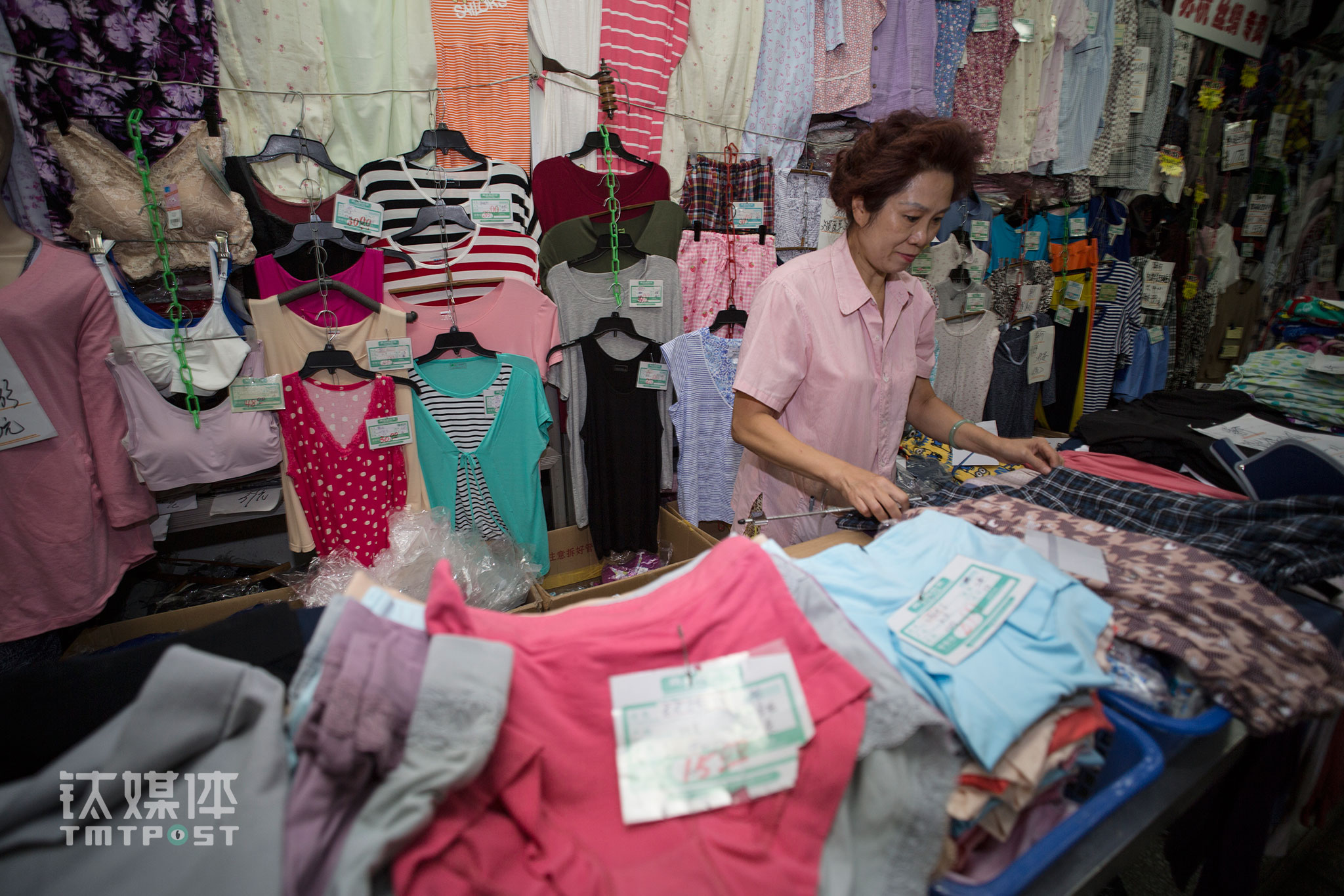 A customer approached Li Hong, wanting to order 30 customized extra-large underwear garments for a family member ill in bed. Li Hong asked the customer to bring an underpants and shirt as a reference since that it's not convenient for that family member to come over and got measurements. Once the color and size were decided, Li Hong contacted a long-time supplier whom she has been working with for over 30 years. The supplier would then finish making the order quickly. Under normal circumstances, Dafang would deliver the products to customers that aren't able to get the products themselves without charging extra.