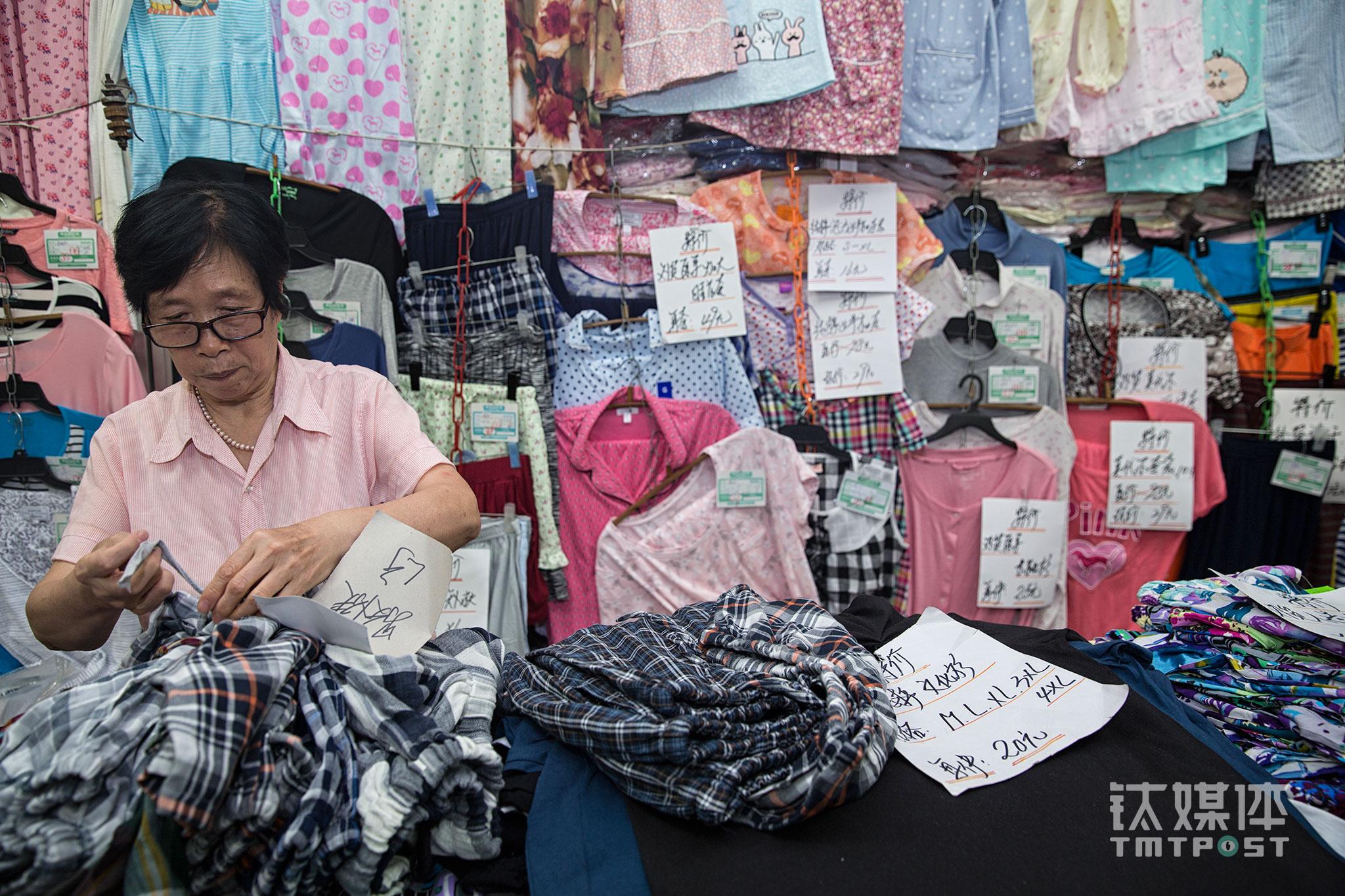 """针织组的郭红今年65岁,是大方年龄最大的店员,她33岁就开始在大方工作。郭红回忆,大方百货最热闹的时候是80年代卖出口转内销的牛仔衣,顾客把柜台堵得水泄不通,""""踩着衣裳抢着买,店里都站不下人了"""",郭红经历了那个生意火爆的年代,即使后来传统百货商店逐渐没落,她也没有退出,""""就是喜欢这份工作,只要身体行,会一直干下去""""。她说自己不会想""""大方还能坚持多久""""这种问题,""""只要心里装着顾客,把每天的工作做好就行,其他的我们也左右不了""""。"""