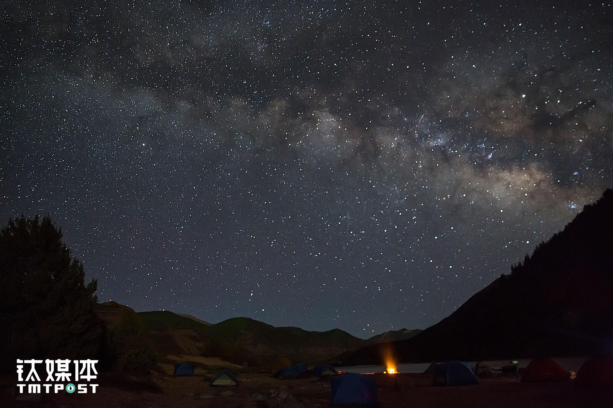 万籁寂静的夜晚,营地上空的银河。