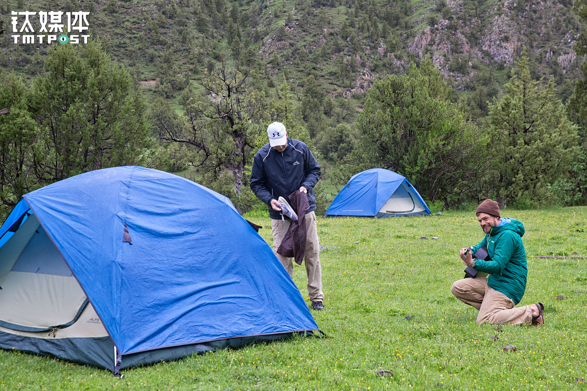 """After a small rain in the morning, the captain blew the horn after preparing breakfast to wake up the rest of the crew. This time, Jed played his guitar in front of the tents to provide """"morning call service""""."""