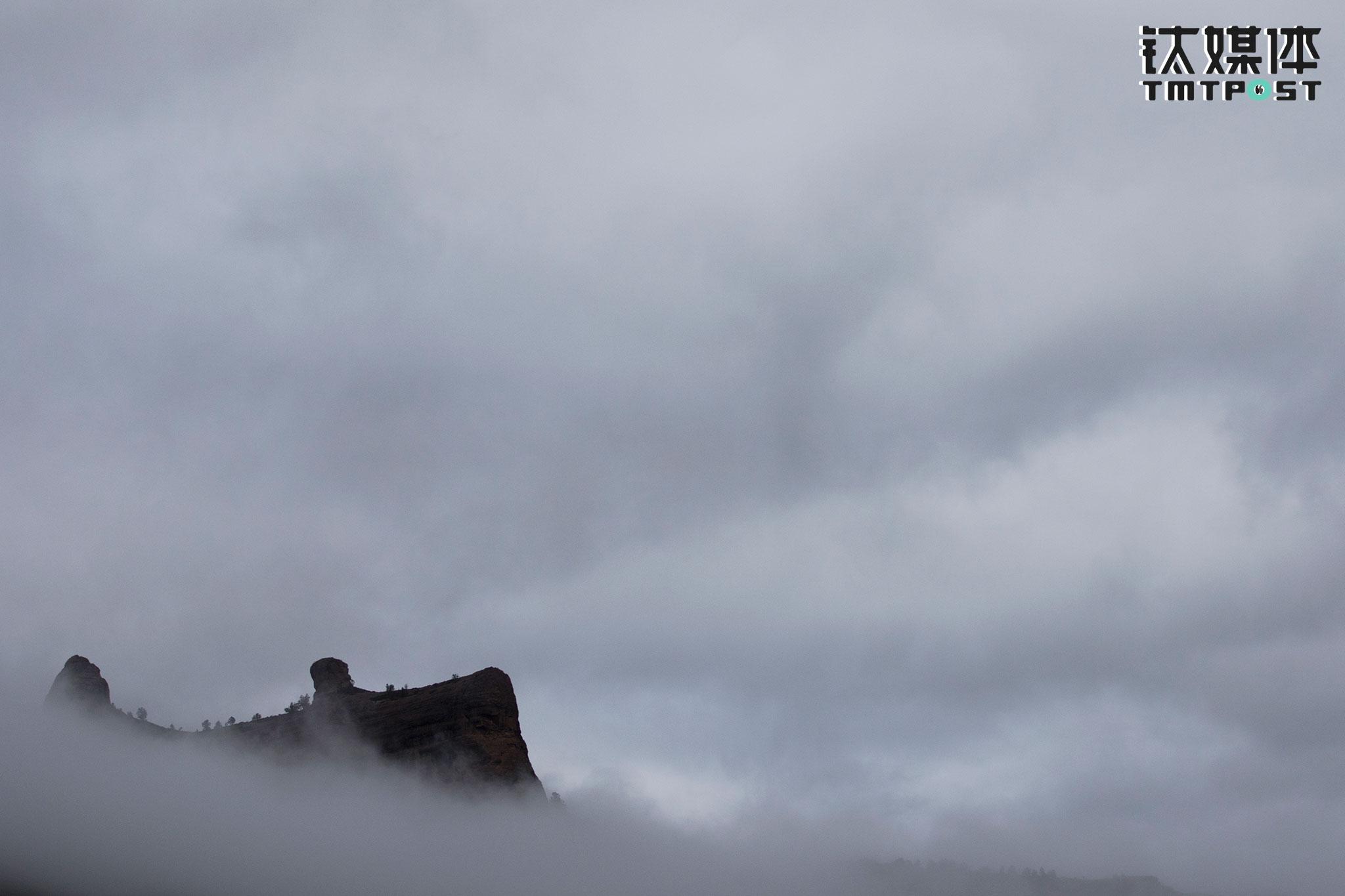 清晨拔营前,营地前雾气缭绕的神山。