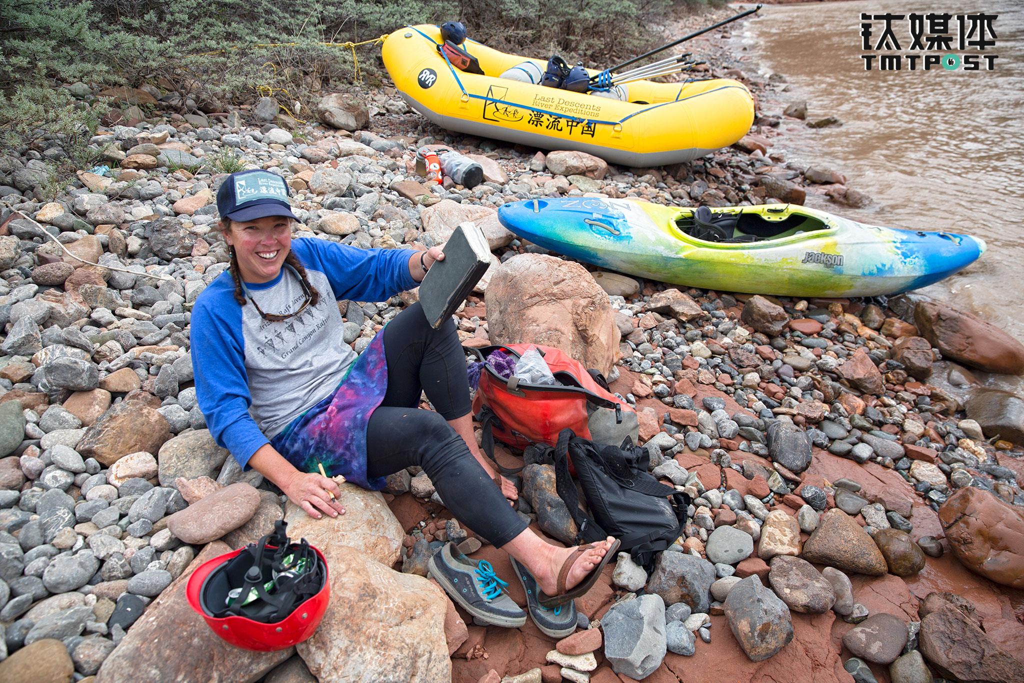 """女船长Kellie是一个非常开朗的美国姑娘,她漂过的河流里,""""原始独特又神秘""""的扎曲是她心目中最美的河段。她每年都在中美两国的河流上往返,她认为每条河流都有神的存在,河流的力量远远高于人的力量,每一个漂流者都应该尊重河流。Kelli非常热爱河流上的生活和工作,""""世界上最美丽的地方,是我的办公室,我不会拿这样的生活跟世界上任何事情交换""""。"""