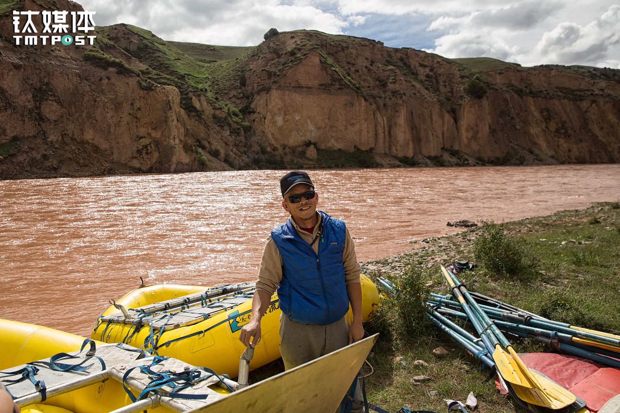老汤(汤建忠)是唯一的中国船长,他也是河流上的大厨,负责每天的晚餐。老汤1990年代成为登山向导,2004年开始漂流。他漂过南盘江、澜沧江、怒江、把边江、牛栏江、通天河、金沙江、拉萨河中上游、美国科罗拉多大峡谷、White Salmon、Preyett等江河,漂流距离超过7000公里。他也是迄今唯一一名在21天漂流中全程掌舵双桨皮划艇成功漂流科罗拉多大峡谷360公里(从Lee's Ferry至Diamond Creek)所有险滩且没有翻船记录的中国人。