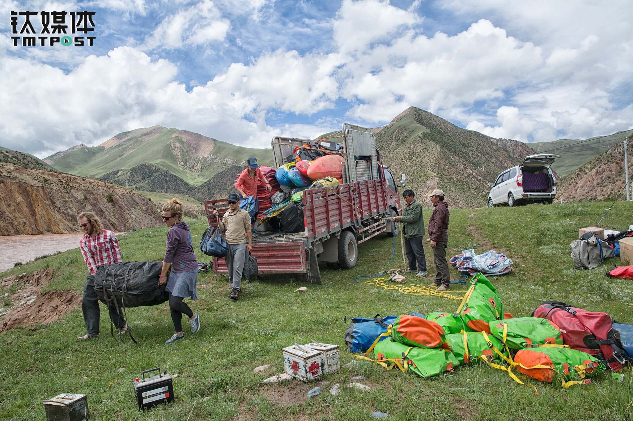 This time the team would be rafting along the Zhaqu river, a journey of 120km, which would last eight days. The day before they hit the road, the captains and local workers were relocating the necessities to the departure point in Yushu's Zaduo county. There were six captains for the entire trip, including Travis Winn himself. Five out of them are American, while only one is Chinese. All of them are seasoned raft captains, with over ten years of experience in rafting in Colorado's Grand Canyon. The rafting industry in China is far from mature, and therefore it's not very easy to find professional equipment that meet the safety standards of a long-distance rafting trip. Winn purchased these equipment from the U.S.