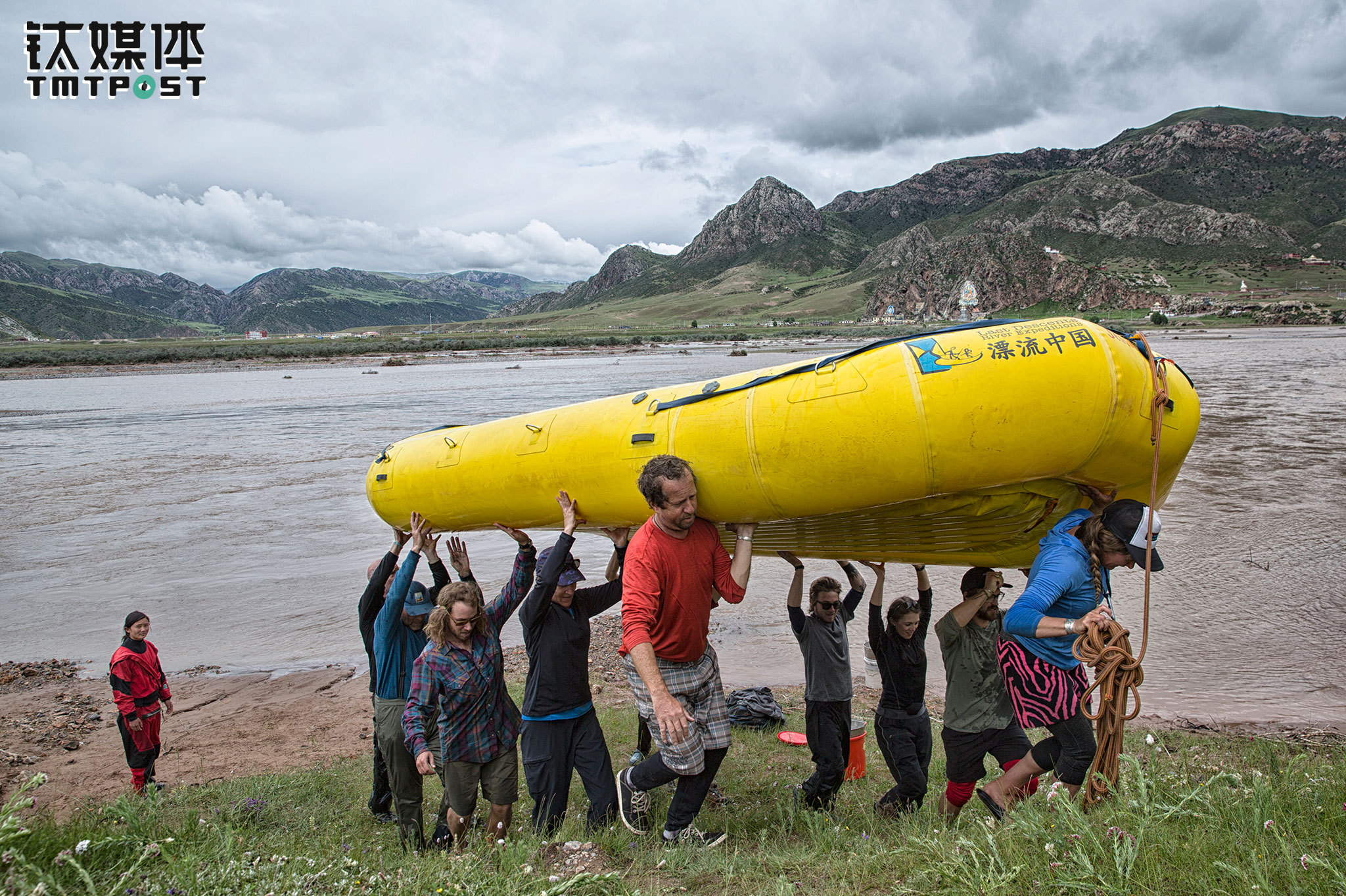 July 2nd, afternoon. The rafting journey had come to an end as the rafting team reached the final destination. The captains and guests unloaded all necessities and equipment together and washed the boats, then carried the boats back to the shore.