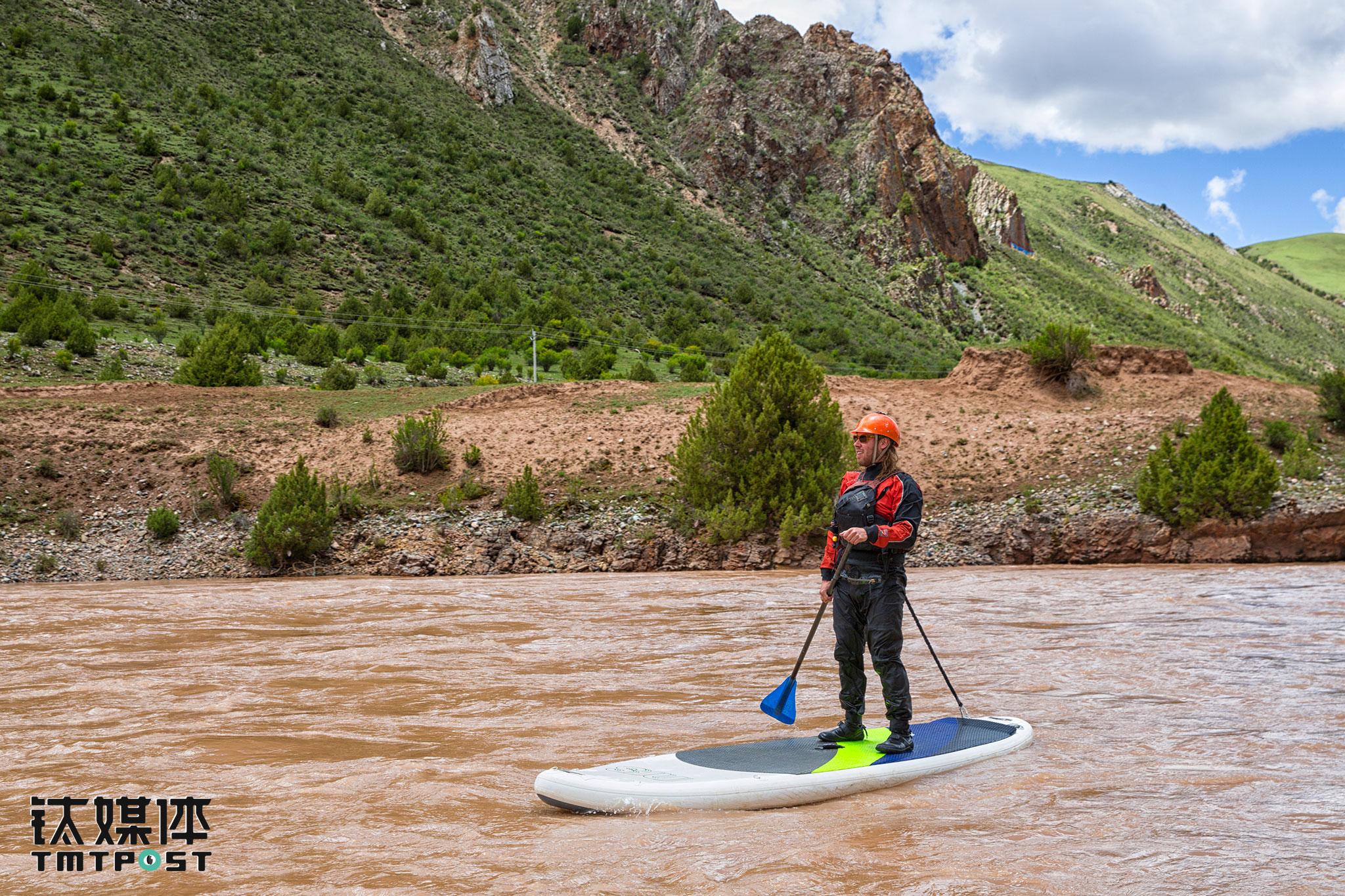 Jonah是科罗拉多大峡谷的一名资深船长,也是户外摄影师和纪录片作者。父母第一次将他带到河流上漂流,他才9个月大。这次漂流,他主要负责河流上的安全保障。