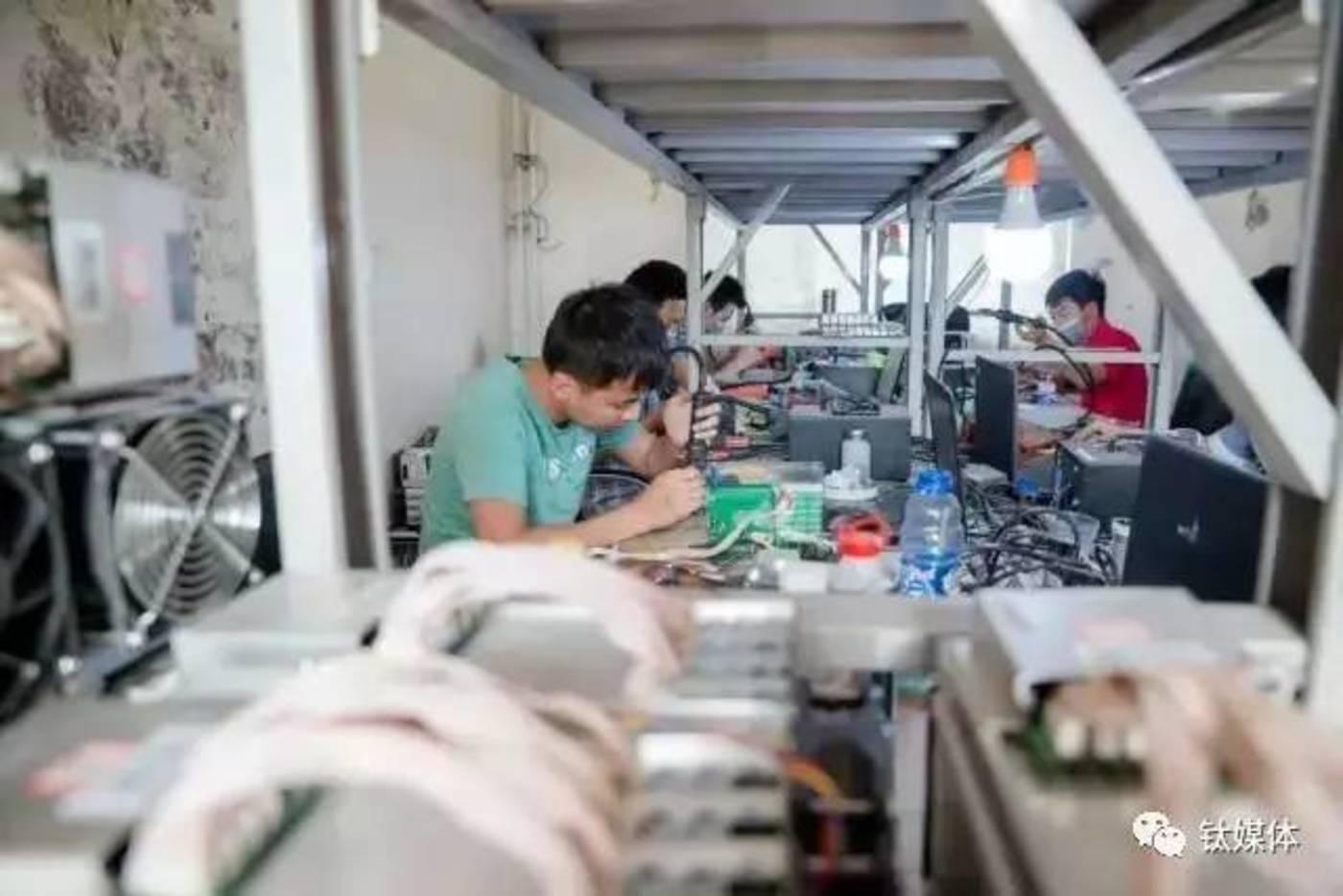 鄂尔多斯比特大陆矿池的维修工人