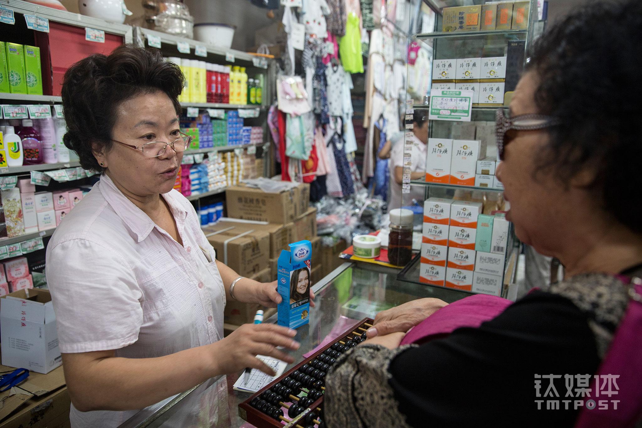 """钟璇接待一位从从通州坐了2个小时车特意赶来买一瓶价格十几元护发素的老顾客。""""这个老牌子的护发素我用习惯了,只有大方有货"""",这位老顾客从年轻时就在大方买东西,""""店里人都是熟人了,东西质量也不错,我买东西也放心""""。"""