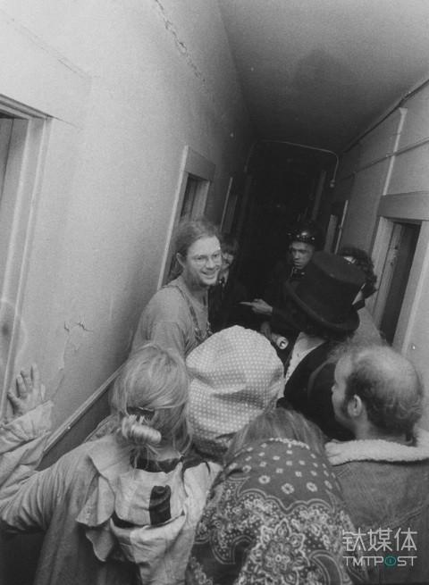 自杀俱乐部创始人盖瑞·沃恩(Gary Warne)带领社团成员穿越肯尼迪酒店的欢宴