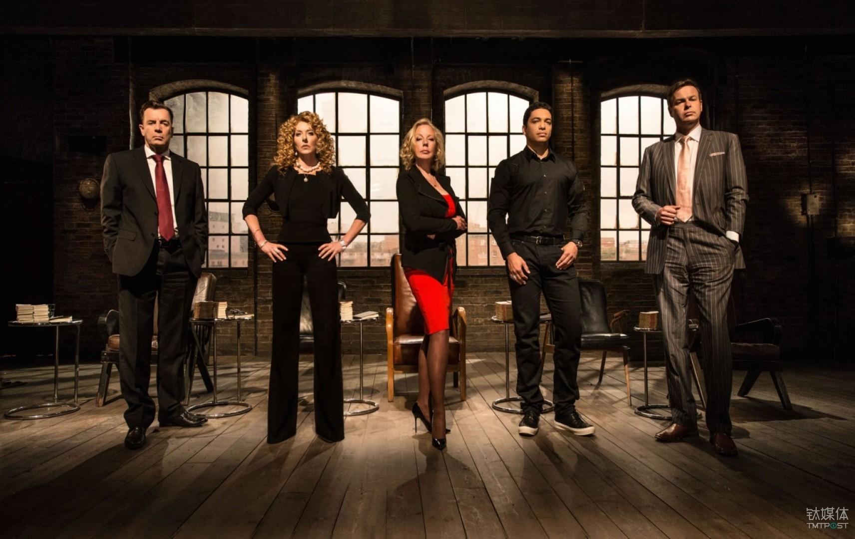 凯莉·赫本在 BBC 节目《龙穴》中担任颇为,左起第二位即是赫本