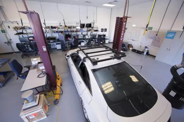 英特尔公司在位于钱德勒的先进汽车实验室周边的街道上测试雷达传感器汽车,收集信息来创建所谓的深度学习模型,该模型可以提供数据让汽车实现自动驾驶