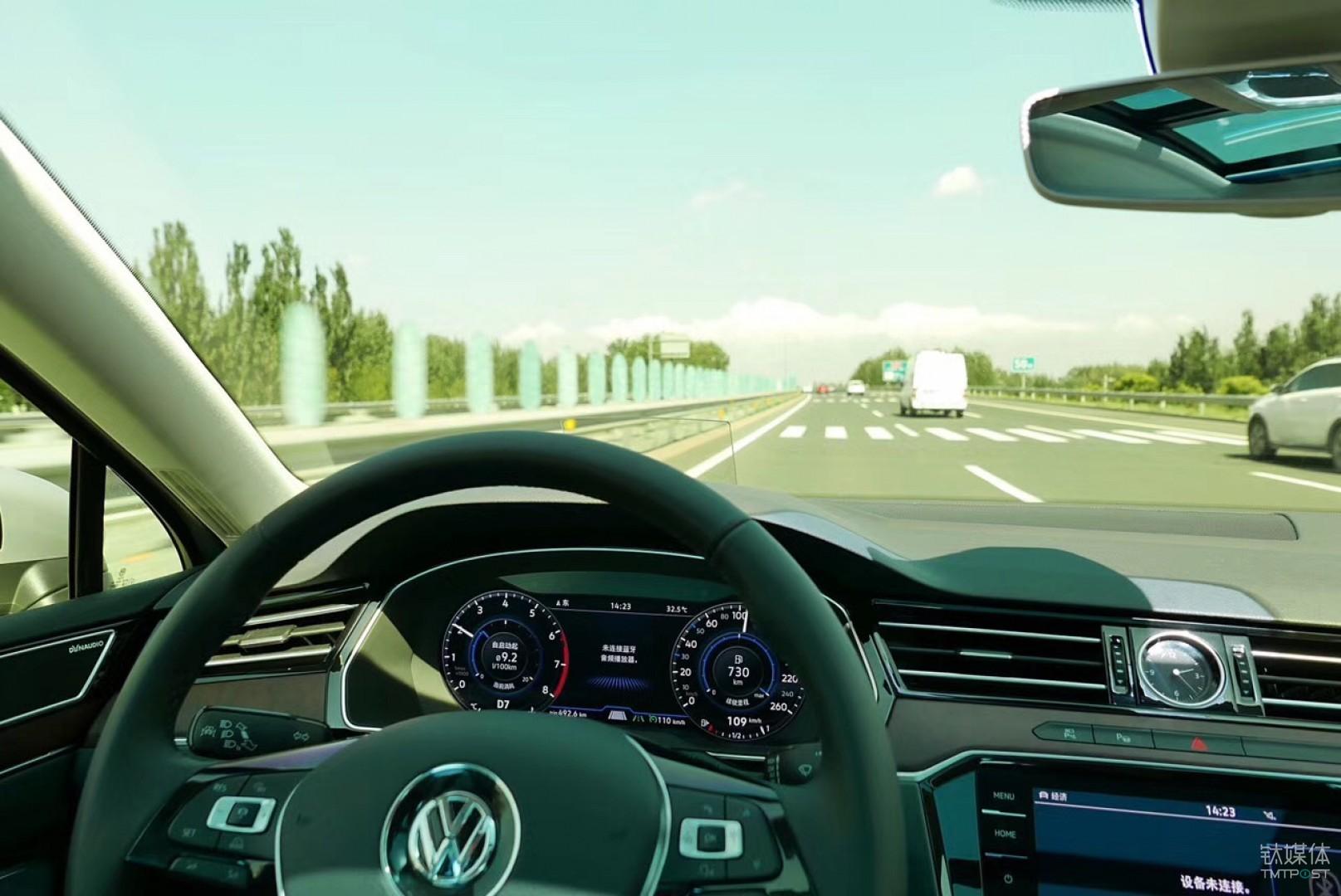 液晶仪表盘下方有车道保持和ACC的绿色高亮显示