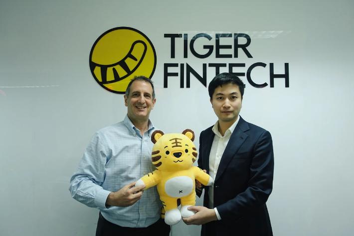 老虎证券国际创始人巫天华(右)与 Interactive Brokers亚洲区总裁戴维· 李德龙(David Friedland)