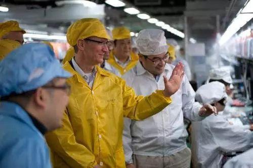 苹果CEO库克(黄外衣)在富士康参观生产线