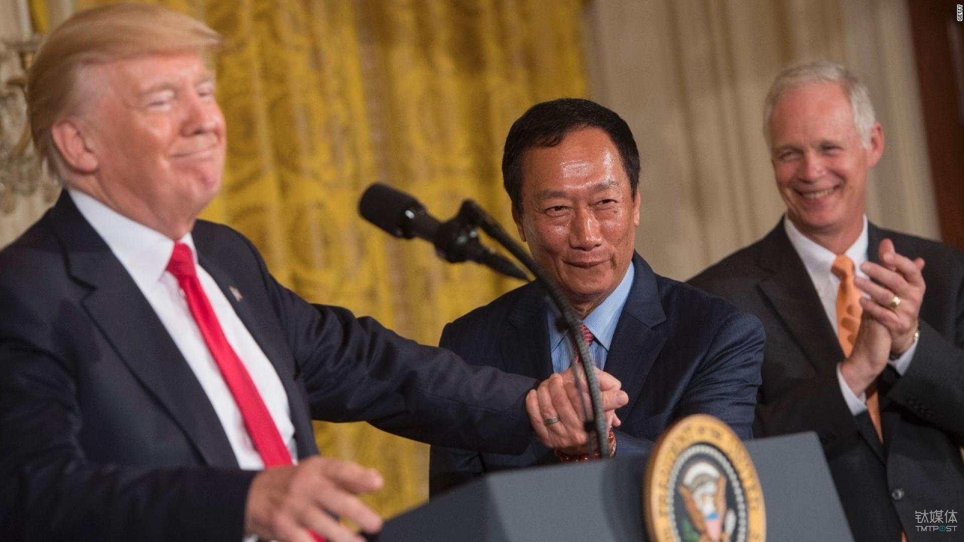 美国总统特朗普与富士康董事长郭台铭在新闻发布会上。图片来源/cnnmoney