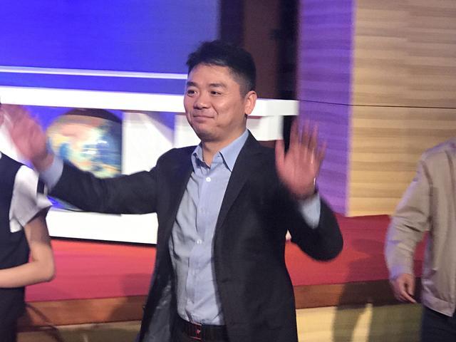 刘强东走入签约会场