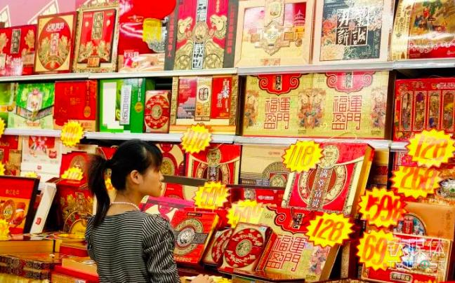"""超市里的各种月饼礼盒很多挂着""""皇家""""、""""养生""""、""""富贵""""字样 / 视觉中国"""