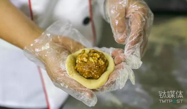 能放这么大颗核桃仁的五仁月饼不多见了 / 视觉中国