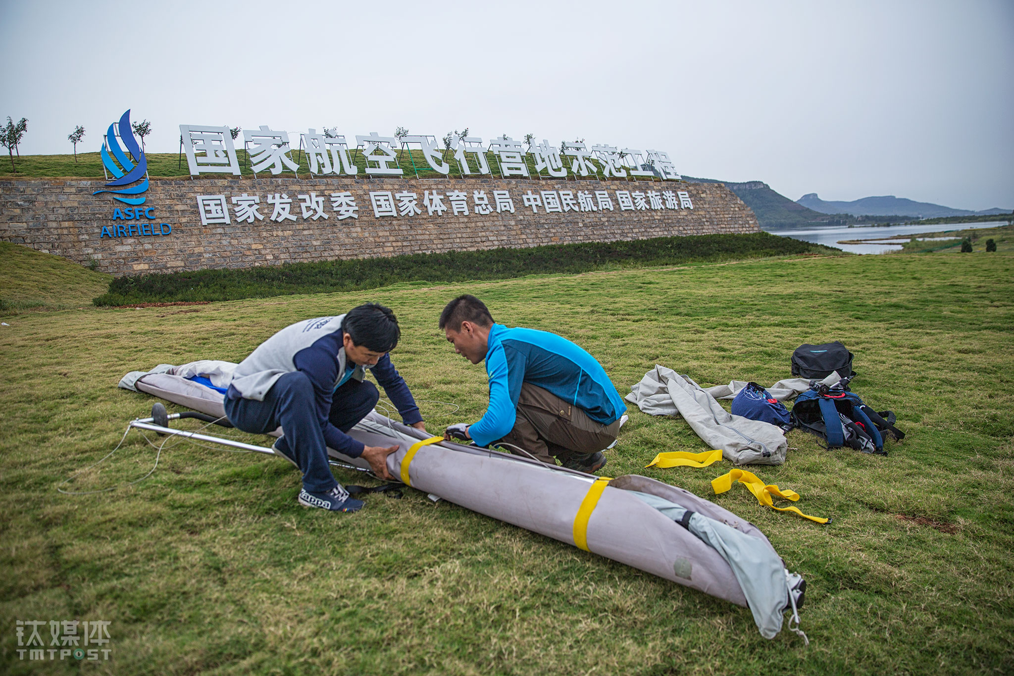 "After a few minutes, the aircraft landed safely on the ground. These air sports lovers came to experience these couple of minutes' excitement. More and more young people are attracted to this ""blue temptation"". Paragliding, for instance, its elementary training alone costs ¥9,000, while a complete set of basic paragliding equipment would cost between ¥30,000 to ¥40,000. As for the charge of powered aircrafts, it starts from¥50,000. If they want to upgrade their equipment and have a higher level of training, the cost would climb up. Besides financial cost, the time cost is also evident."