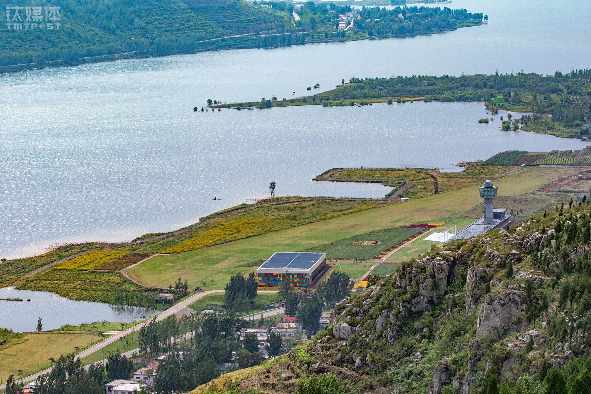 许家崖飞行营地的机库(左)、塔台(右)和跑道。这个营地位于许家崖水库西侧,占地四千亩,有审批空域一千平方公里,是中国第一批15个航空飞行示范营地之一。