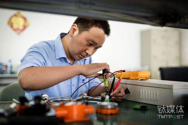 汉威科技工程师检修客户返厂的机器