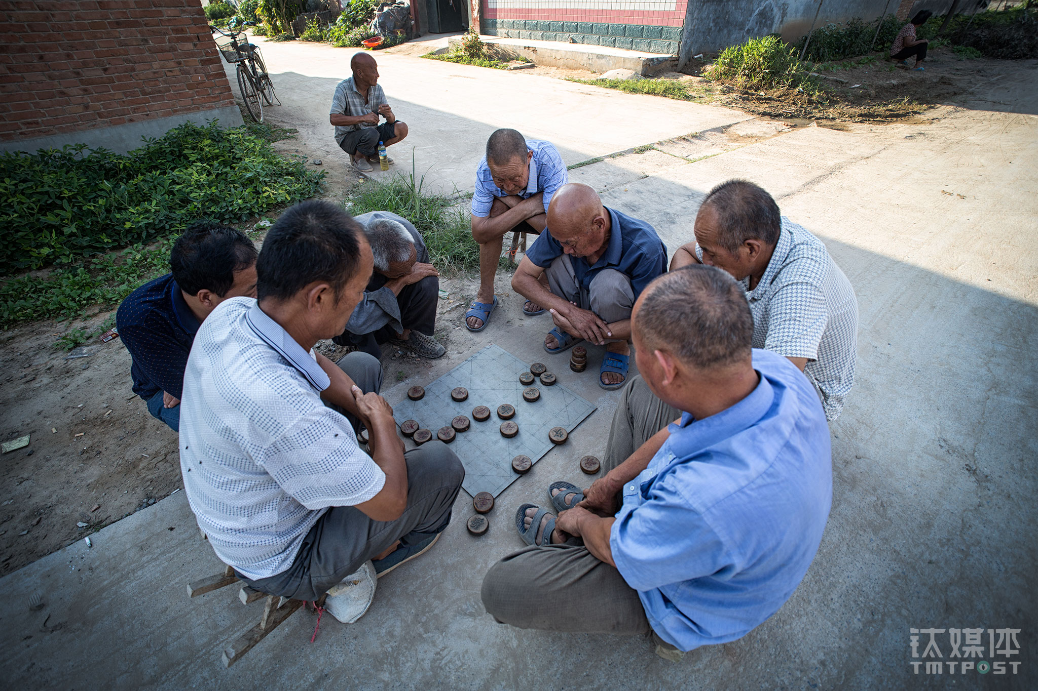 Near the health center, there were a few old people playing chess by the road. Most of the young population in the village has gone out for work opportunities, leaving the old and kids behind. There are very few people as young as Shi Jinfeng that are currently staying in the village.