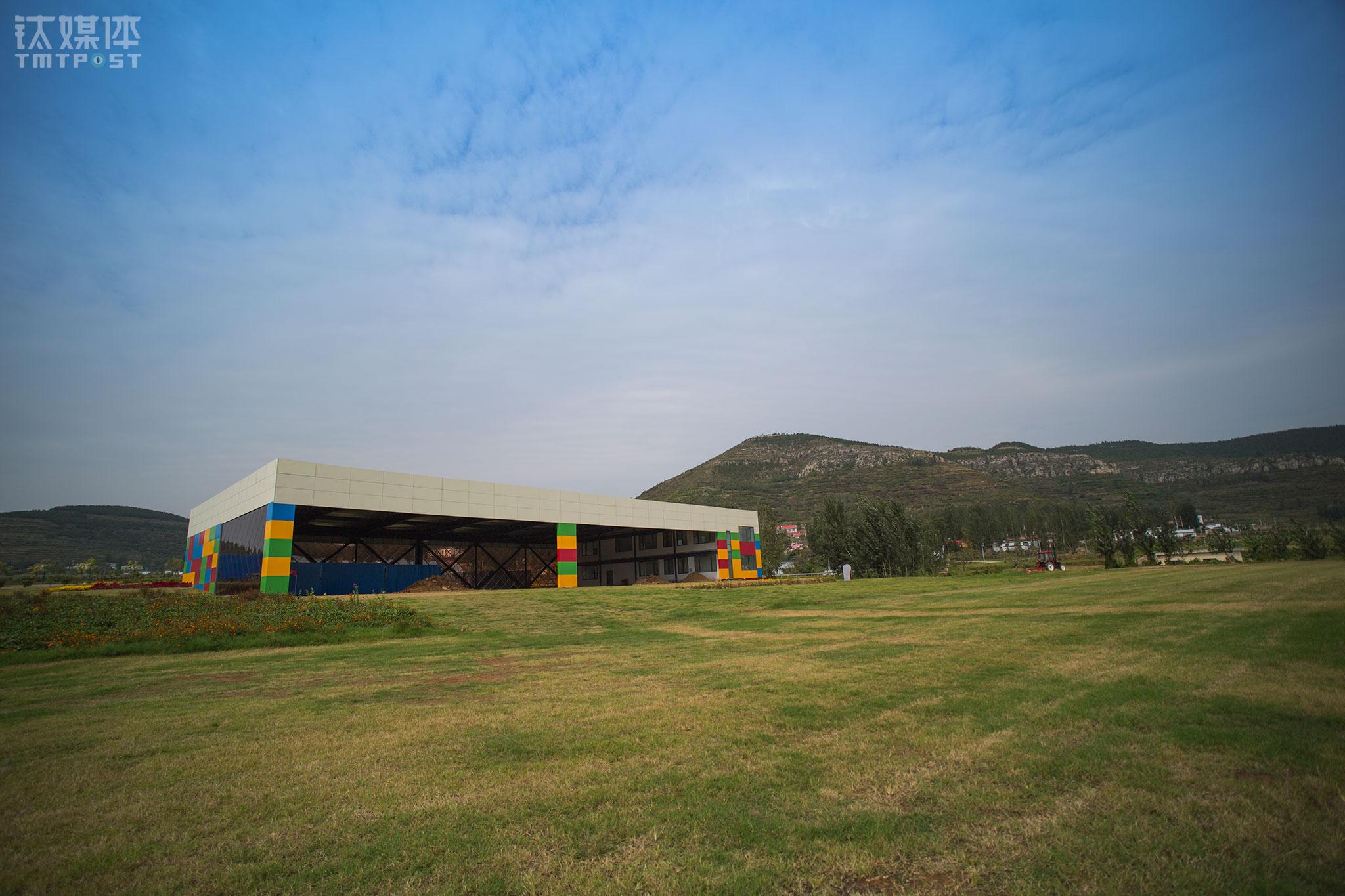 营地正式完工尚需要1个月时间,机库和主跑道都在收尾。这个机库面积1500平米,主跑道长600米宽80米,可以满足营地固定翼飞机、动力伞、动力三角翼等飞行器的起降需求。