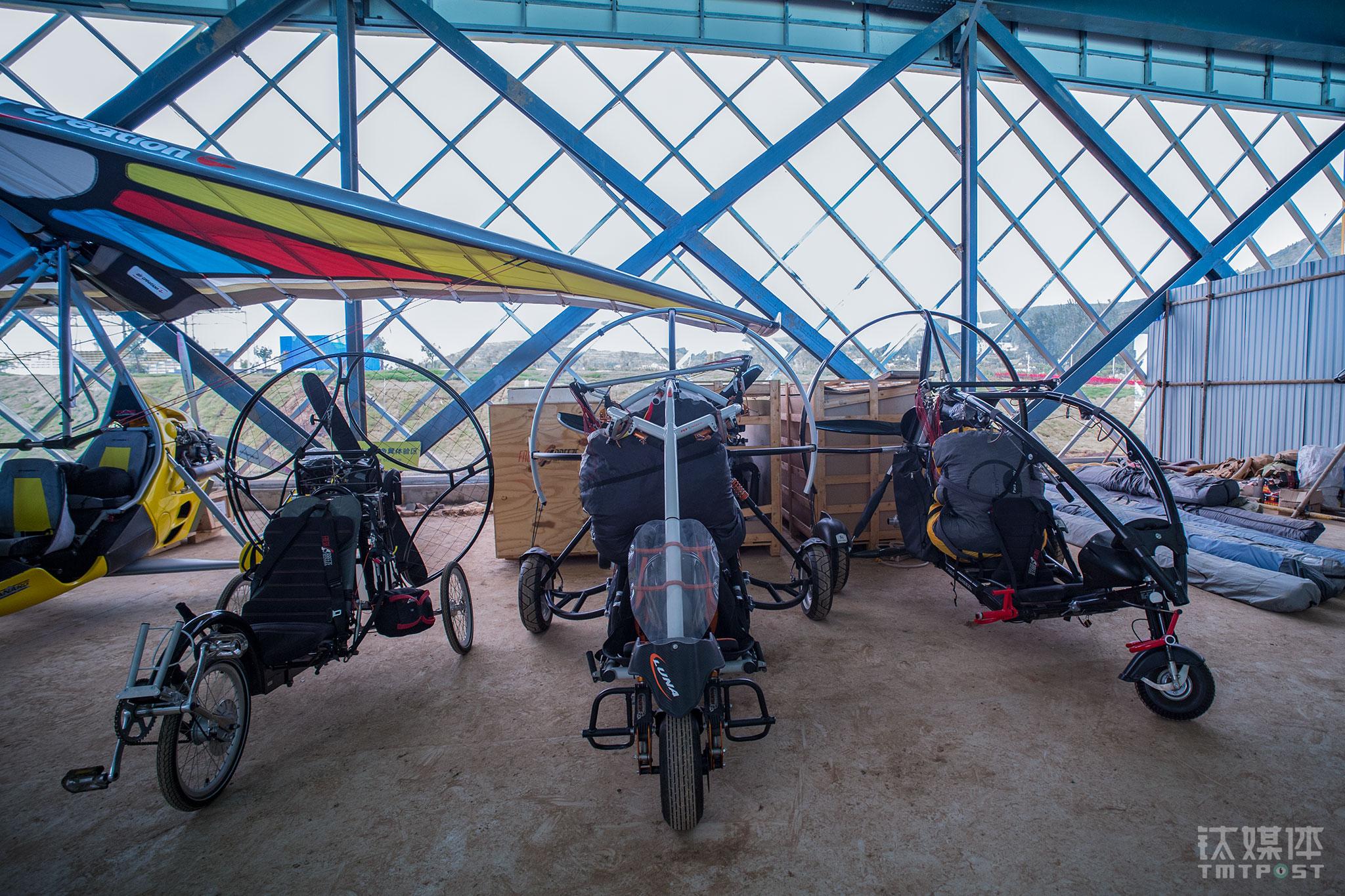 临时机库中的动力伞。动力伞占用空间较小,起飞助跑距离短,巡航速度可达60公里每小时,适合野外作业。