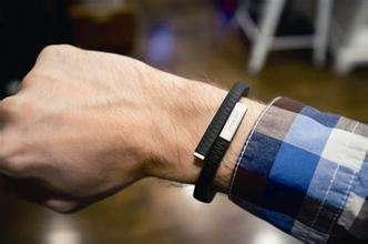 在笔者看来,可穿戴设备要让用户买单,必然需要它与智能手机之间有着明显的差异化特点,如果智能手机能够完整实现的功能,再把它复制到可穿戴设备上是没有说服力与吸引力的。而诸多研究表明了消费者对可穿戴设备的态度:昂贵且无用。