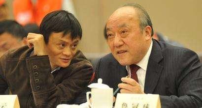 """2011年2月12日,鲁冠球(左)和马云在浙江民企共话""""十二五""""新春恳谈会上。"""