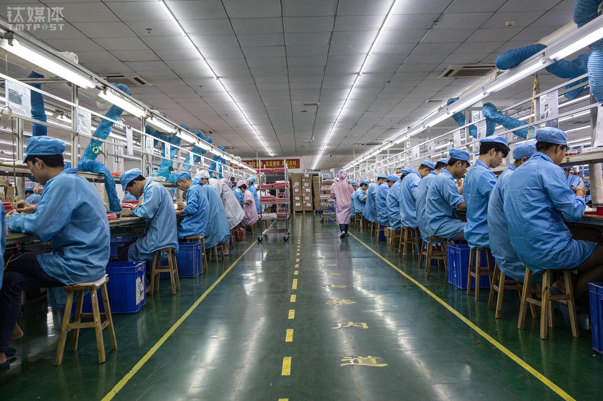 2017年10月23日,深圳中运泰科技工业园,创美佳智能电子有限公司车间,工人在流水线上忙碌。这是一家有13年历史的OEM代工厂,目前有200多名员工,专门代工各类智能硬件和电子产品。