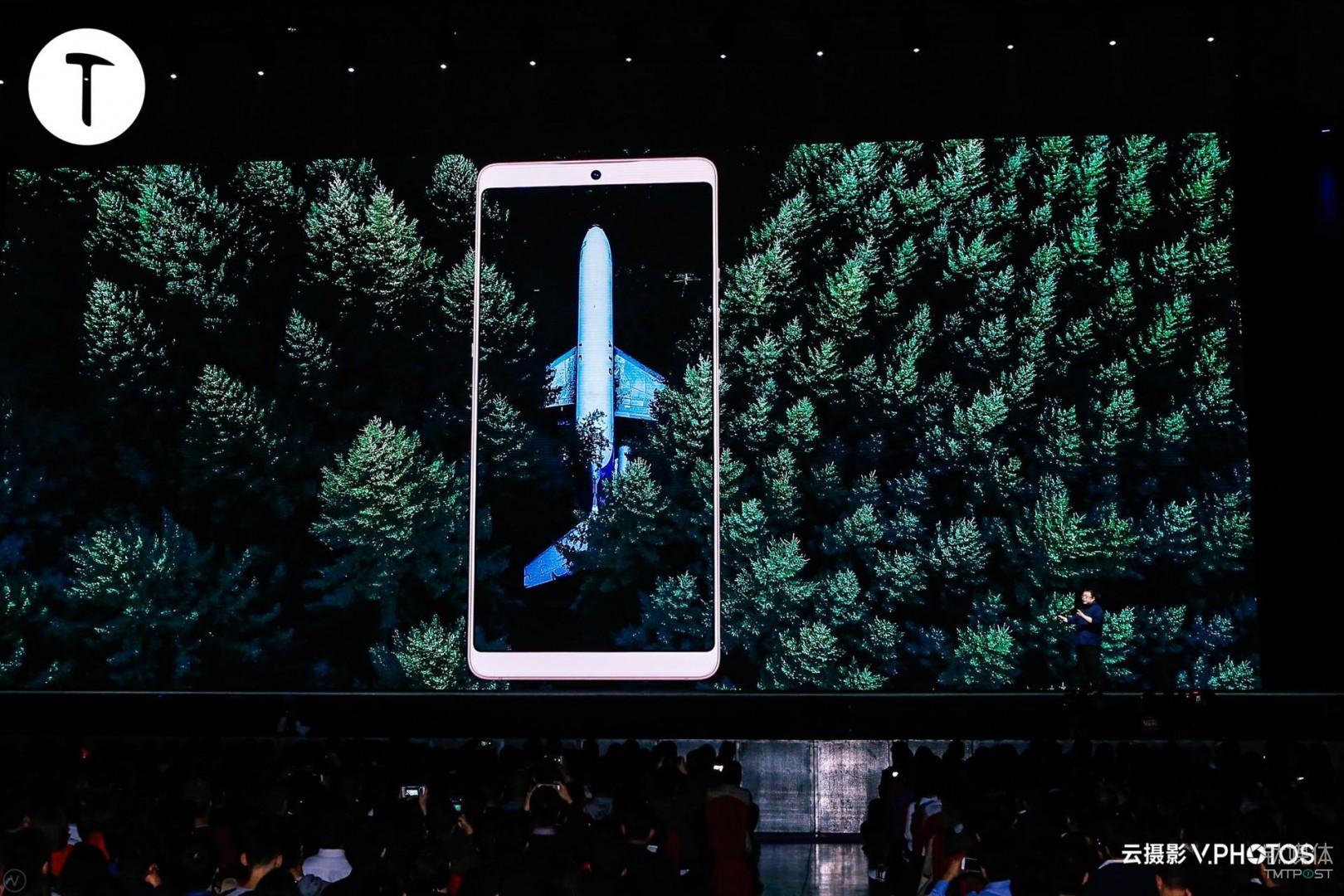 他在发布会后接受媒体采访时向记者介绍道,目前行业中有两款手机的屏占比参数超越了坚果Pro 2,一个是努比亚的Z17S,另外一个就是三星的S8,坚果Pro 2屏占比参数则超越了大部分手机厂商。