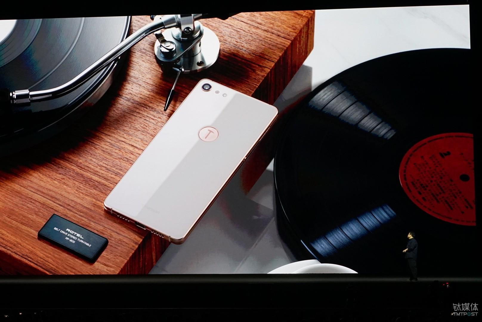 """坚果Pro 2坚持了""""少就是多""""的极简主义风格,隐藏了听筒、光线传感器、距离传感器等,全面屏正脸看上去足够简洁,正面既没有夏普美人尖AQUOS S2看似突兀的异性屏幕""""大眼睛"""",也没有iPhone X上标志性的""""额头""""设计。"""