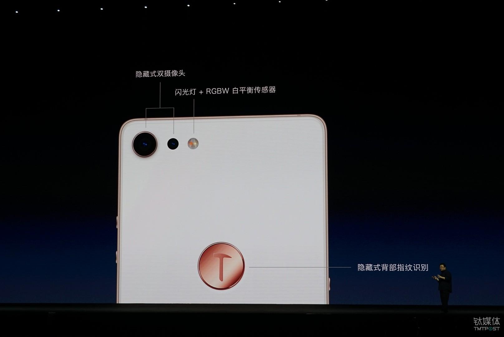 坚果Pro 2在保留背部指纹识别的同时,新增了在体验上类似iPhone X的人脸识别解锁方式,采用Face++AI解锁算法,可识别用户面部的1024个特征维度,并进行高精度智能匹配,亮屏后只需要看一眼手机就能快速解锁,钛媒体记者实测后发现,尽管没有配备苹果的3D摄像头,但坚果Pro 2的这套方案精准度也是很高的。