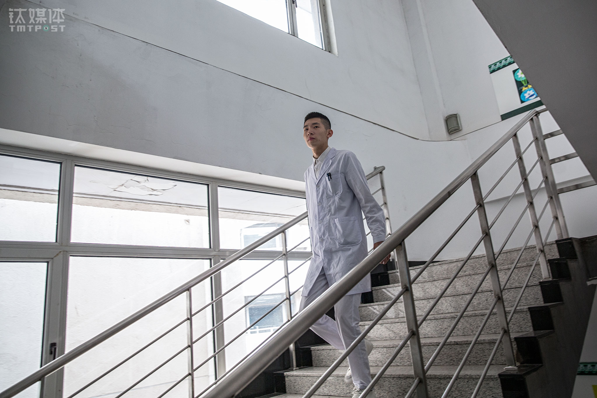 The 19-year-old Hao Kun comes from Heilongjiang province, a Northeastern region in China bordering Russia. Now he works seven to five every day at a hospital in Tianjin city as an intern nurse, responsible for cleaning the hospital beds, performing an injection, and applying medicine to the patients.