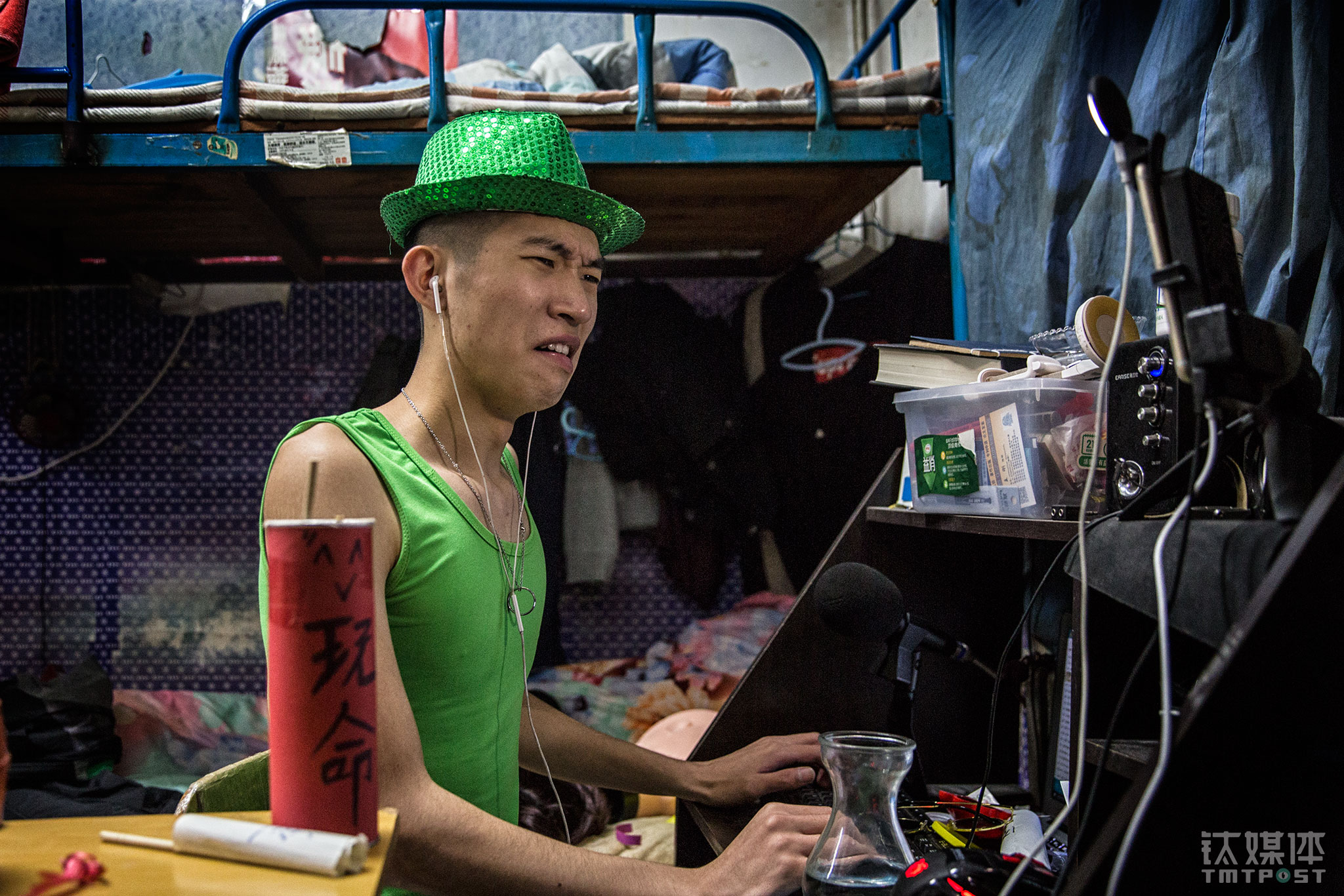 "Hao immediately transformed himself into a host performer as soon as he logged into the livestream channel. Livestream challenges his performing skills and impromptu skills. He would have to interact with his fans and answer questions from them. This can't really be prepared beforehand. To entertain the audience, this time Hao was wearing a green hat and green tanks. ""Entertaining the audience on a livestream is also a form of acting,"" Hao Kun told TMTPost, ""The short videos and livestream content supplement each other. The short videos and the jokes in them are fixed. But with livestreaming we can encounter more unknown. We need both."""