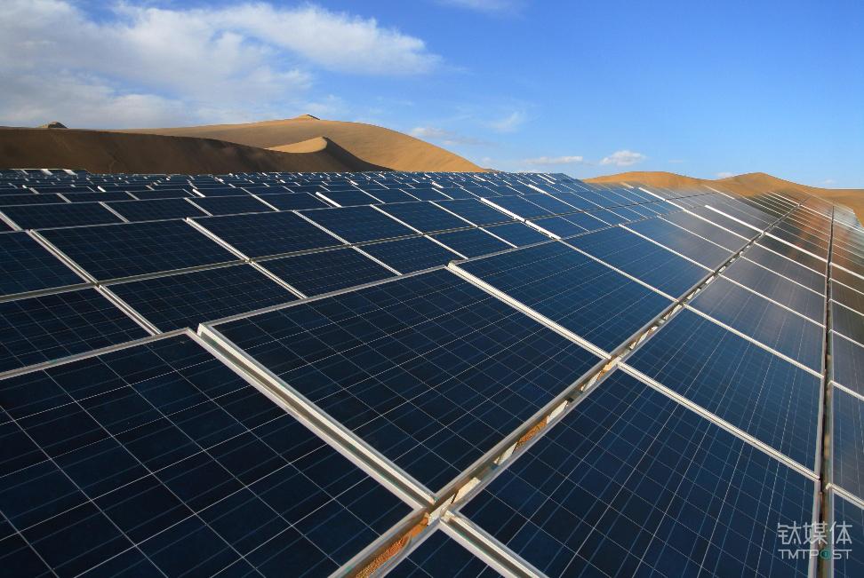 比亚迪太阳能板在沙漠铺开