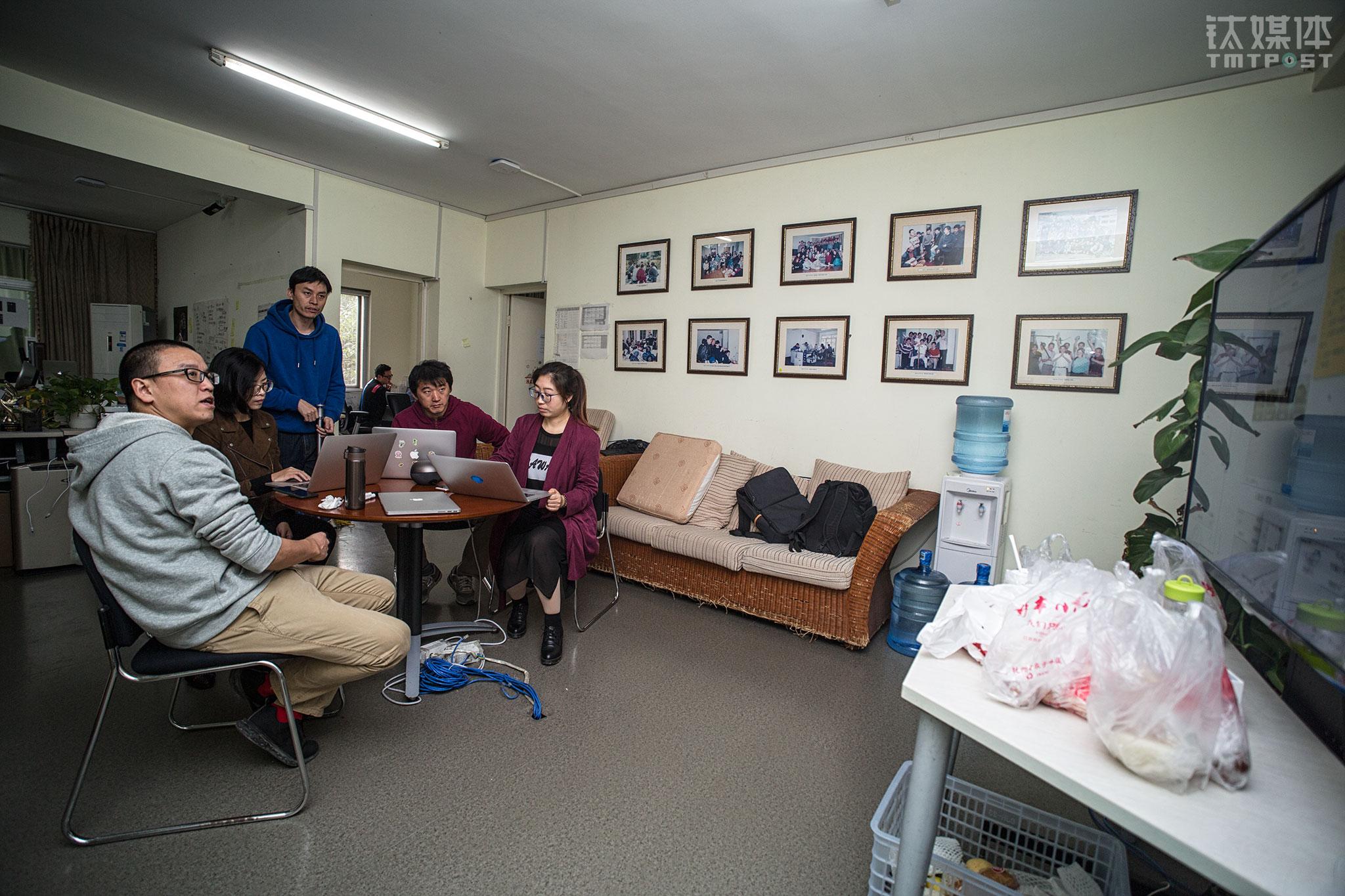 """钉钉智能前台项目成员在紧张讨将在3天后交付验收的几项后续交互开发。墙上挂着1999年以来,曾在这里驻扎过的阿里员工合影。这套一百多平的公寓,不仅是马云和""""18罗汉""""创办阿里巴巴的地方,还成功孵化出了淘宝、支付宝、菜鸟、天猫、钉钉等项目,被阿里的员工称为""""圣地""""。"""