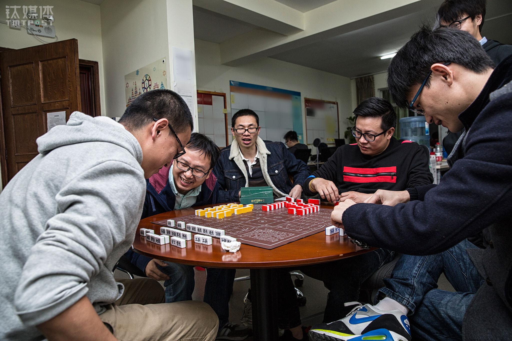 """在所有的项目中,军棋是最具钉钉特色的一个,是无招带着团队最早在湖畔花园创办钉钉的时候留下的。对这群每天都顶着巨大压力的人来说,组队PK军棋,是换一种思考方式和放松自己的最佳方式,""""军棋还是马老师当年送的。""""一名员工向钛媒体《在线》介绍。"""