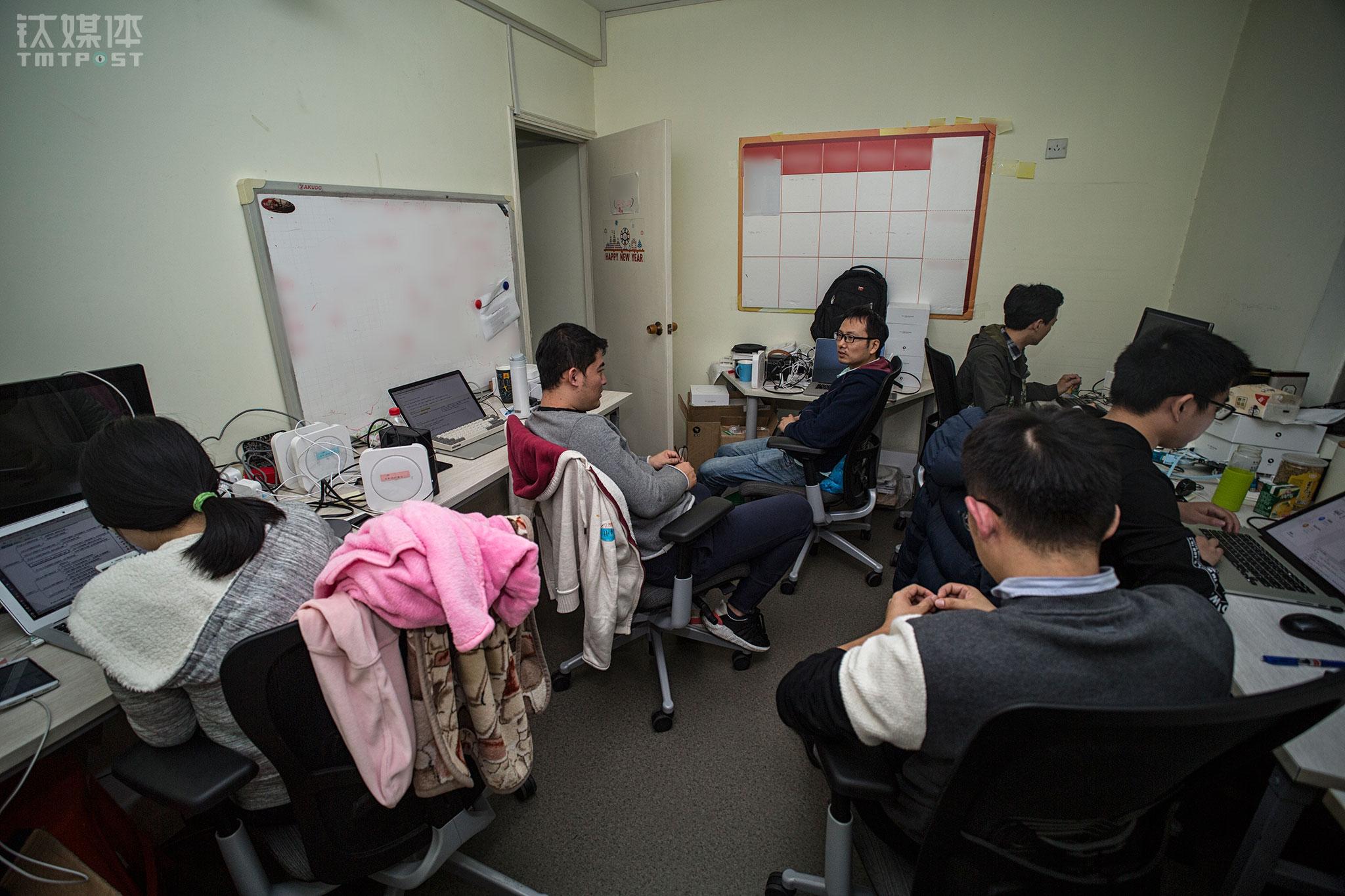 """11月6日晚上8:30,钉钉智能通讯中心项目成员在讨论产品。这套四室两厅的房子,挤进了46个工位,空间逼仄,让每个人的距离也更近。""""其实我们是把这个项目当成自己的项目在做。""""一名成员表示,大家每天都在创业,都在一起解决问题,在推进项目一步步完善,比在舒适的环境里做轻松的项目更有凝聚力,""""就像战友一样""""。"""