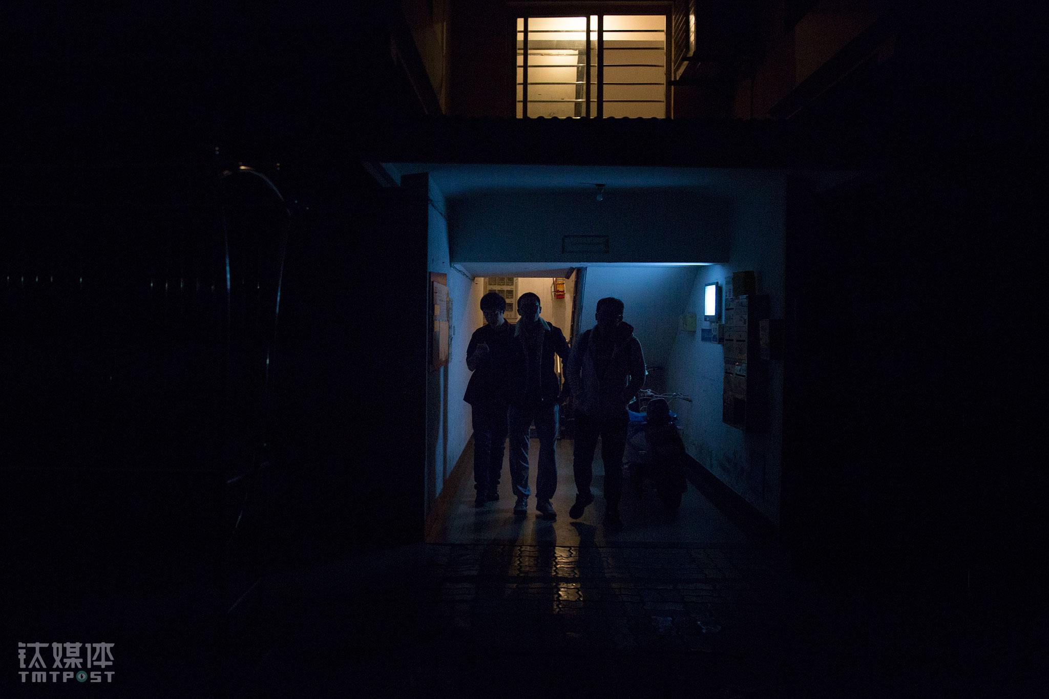 """接近凌晨1点,最后三名员工走出湖畔花园的公寓。进驻到湖畔花园,对这些年轻人来说就意味着""""笃定地前行""""。在过去的十一假期,为了赶M2的发售,这个公寓没有人放假。他们把湖畔花园的每一天,都当成""""没有退路的创业""""。钉钉的团队什么时候会走出湖畔花园?钉钉有自己的愿景:如果有一天钉钉可以为4300万中小企业提供优质的服务,为4300万中小企业解决问题,那一天钉钉才可以真正走出这里。"""