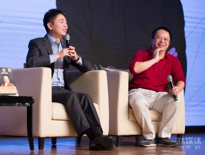 周日,360集团创始人兼CEO周鸿�t个人自传《颠覆者:周鸿�t自传》新书发布会于北京正式开场,京东集团董事局主席兼首席执行官刘强东现身发布会。